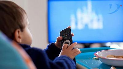 Phụ huynh nên biết: Tại sao không nên cho con vừa ăn vừa xem ti vi, điện thoại